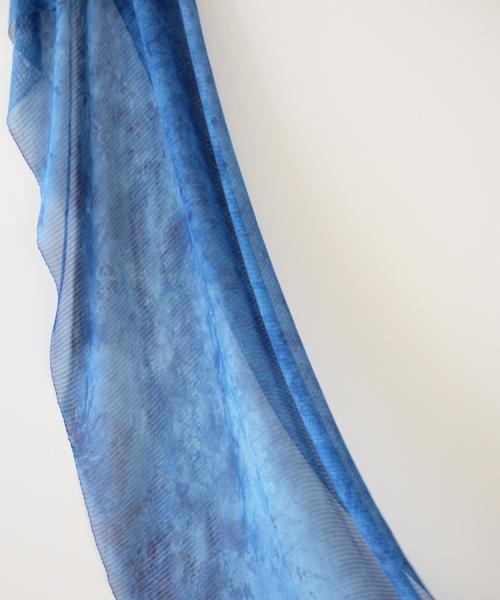 色の重なりを楽しむ藍染ストール